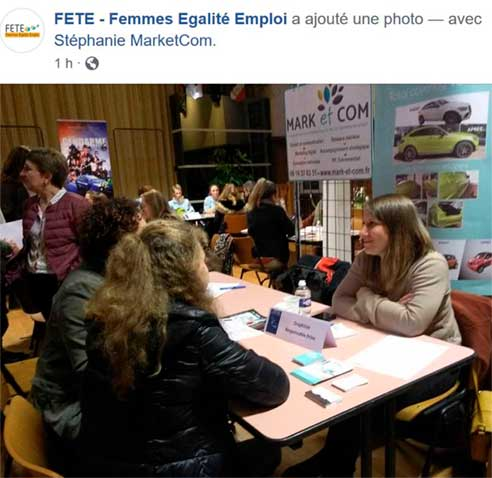 plusieurs femmes discutent autour d'une table