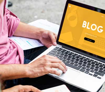 ordinateur ouvert sur un blog