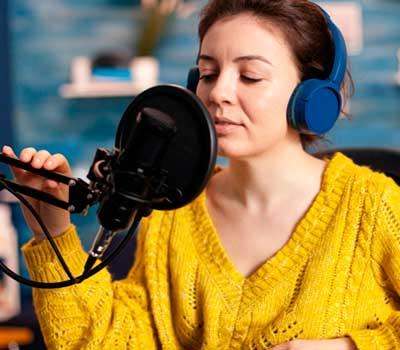 une femme parle dans un micro