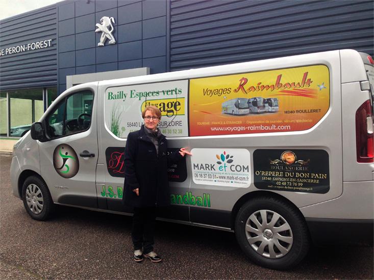 Stéphanie Ouvry devant camion avec logo