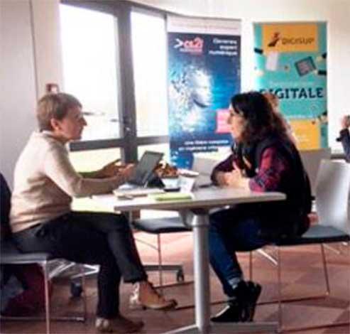 Stéphanie Ouvry en train de parler à une femme